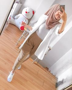 White Pants Outfit, Joggers Outfit, Pretty Outfits, Cool Outfits, Casual Outfits, Hijab Dress, Hijab Outfit, Hijabs, Muslim Women Fashion