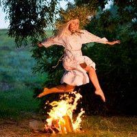Древние славяне на Ивана Купала особо почитали две очищающие, оберегающие и целительные стихии: Огонь и Воду. Энергия Огня как символическое проявление Бога-Солнца соединялась с энергией Матери-Воды, поэтому обряды на день Ивана Купала связанны с водой, огнем и матерью природой.