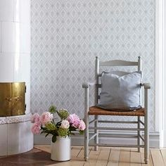 Wallpaper Lilly from collection Falsterbo II - Scandinavian Wallpaper Scandinavian Wallpaper, Scandinavian Interior, Swedish Decor, Swedish Interiors, Home And Living, Living Room, Swedish House, Living Furniture, Wall Wallpaper