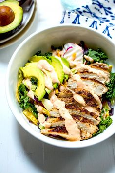 This Spicy Chicken Avocado Salad looks like an awesome lunch.or dinner.I kinda want one now. Avocado Recipes, Salad Recipes, Healthy Recipes, Caesar Salat, Caprese Salat, Clean Eating, Healthy Eating, Healthy Cooking, Healthy Food