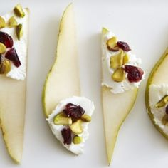 Pears with Goat Cheese and Cranberries - A sweet, tangy and simple snack! I used a red pear and less cheese than this shows. No pistachios, too, but I'm sure they'd be tasty! I'd eat this every day! Think Food, I Love Food, Good Food, Yummy Food, Snacks Für Party, Appetizers For Party, Appetizer Recipes, Vegetarian Appetizers, Dinner Recipes