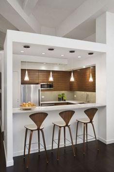 J'aime beaucoup le caisson qui entoure le bar de cette cuisine, et l'harmonie entre les chaises du bar et le mur de la cuisine