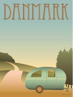 Vissevasse plakat DANMARK  - Camping  Hjem og pak Kadetten, på med Campingvognen og så ud i sommerlandet. Er der noget mere sommeragtigt? Danskerne elsker det og er det folkefærd i Europa, der camperer mest.  Dem der ikke har vogn bagpå, kan godt blive lidt gnavne over tempoet. Men lad være med det. Det er sommer, solen skinner, og vi har god tid!