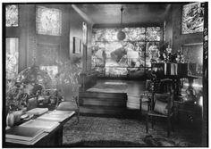 Interior de Laurelton Hall, la mansion familiar de Louis Comfort Tiffany. Finalizada en 1905, estaba en Laurel Hollow, un pueblecito en la costa noroeste de Long Island, y tenia tenia 65 habitacioes y mas de 240 hectareas de terreno. Acogio cientos de sus obras, y desde 1918 fue  sede de su Fundacion y escuela de artistas. Vendida en 1949, se quemo en 1957. Muchas de sus tesoros que el fuego no destruyo se llevaron al Charles Hosmer Morse Museum of American Art, en Winter Park, Florida.