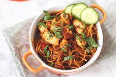 Surinaamse bami met kip: in 20 minuten op tafel Easy Japanese Recipes, Japanese Food, Asian Recipes, Ethnic Recipes, Healthy Rice Recipes, Making Pulled Pork, Stir Fry Noodles, Best Meat, Home Food