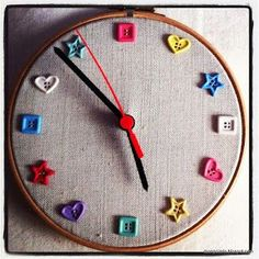 Como hacer un reloj con un bastidor y botones - how to make a clock with an embroidery hoop and buttons Diy Resin Crafts, Cork Crafts, Crafts To Sell, Clock Art, Diy Clock, Button Art, Button Crafts, Sewing Room Decor, Embroidery Hoop Crafts