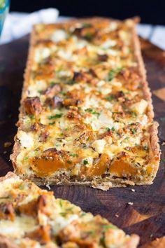 Denna söta potatis och feta tårta, med sitt dolda lager av karamelliserad lök, är ... #är #av #denna #dolda