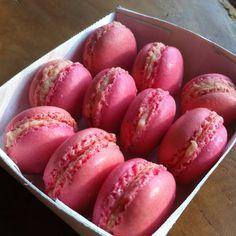 Macarons met aardbei-basilicum-vulling