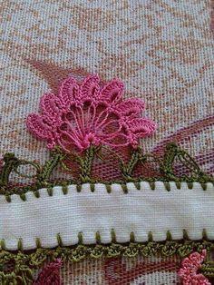 Pembe yeşil çiçekli örgü oya modeli