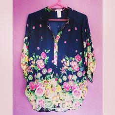 Blusa con estampado floral.