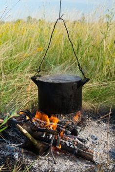Camping recipes should be adapted to limited cooking equipment . Cooking Temp For Beef, Cooking Pork Roast, Open Fire Cooking, Dutch Oven Cooking, Dutch Oven Recipes, Cooking Light, Cast Iron Pot, Cast Iron Stove, Cast Iron Dutch Oven