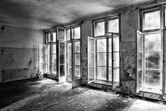Windows in a Russian Hospital auf Leinwand, als Poster oder Kunstdruck