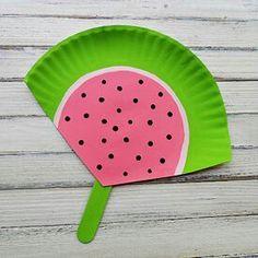 Haz tu propio abanico veraniego con un plato de papel y un palo de helado | Manualidades para niños