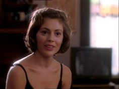 Image of Thank you for not morphing for fans of Phoebe Halliwell. Cute Curly Hairstyles, 90s Hairstyles, Celebrity Hairstyles, Curly Hair Styles, Natural Hair Styles, Phoebe Charmed, Serie Charmed, Charmed Tv Show, Alyssa Milano Hair