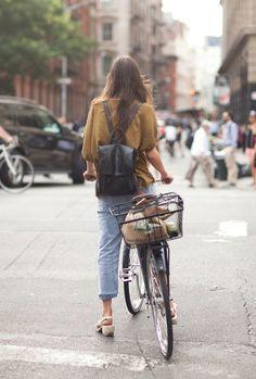 利便性も◎サイクリングにぴったりの黒 リュックのレディースコーデ♬