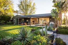 This Indoor-Outdoor California Ranch Is LA-Living at its Best. Comfortable and c… This Indoor-Outdoor California Ranch Is LA-Living at its Best. Comfortable and cool. California Ranch, California Homes, Indoor Outdoor, Outdoor Living, Ranch House Remodel, Outdoor Glider, Ranch Exterior, Design Exterior, Modern Ranch