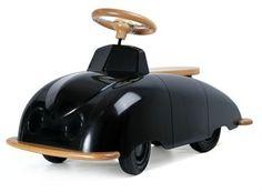 Tämä alle neljävuotiaille lapsille sopiva auto on suunniteltu kuuluisan suunnittelijan, Sixten Sasonin, piirtämän aivan ensimmäisen SAAB-prototyypin luonnoksen pohjalta. Tarkoitettu ensimmäisten vuosien autoseikkailuihin.