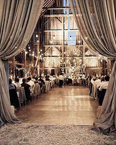 Decoración  de un granero- me encantan las cortinas largas en la entrada     -----those drapes over the doorway...i die! now THAT is how to dress up a barn!!