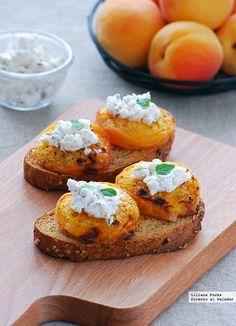 Tostas de albaricoques asados con queso de cabra. Receta de aperitivo  http://paraadelgazar.ws/tostas-de-albaricoques-asados-con-queso-de-cabra-receta-de-aperitivo/ Salud y Bienestar