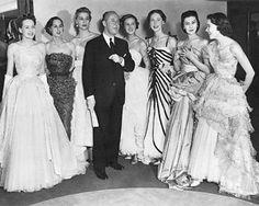 """En su primera colección, Christian creó el """"New Look"""", vestidos con hombros delicados, cintura estrecha y falda larga, algo para lo que se inspiró en el espíritu de las mujeres parisinas. Esta colección dio color y alegría a un triste París de la post guerra que se llenó de sus diseños."""