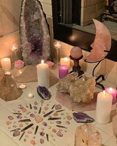 Crystal Altar, Crystal Decor, Crystal Grid, Crystal Shop, My Moon Sign, Moon Signs, Witch Aesthetic, Aesthetic Rooms, Aesthetic Hair