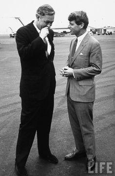 La Guardia Airport talking with city planner Daniel P. Moynihan. Location: New York, NY, US Date taken: 1967 Photographer: Loomis Dean