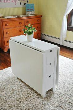 une jolie table escamotable en bois pour le salon avec tapis beige