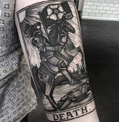 Focus sur Kelly Violet et ses tatouages aussi sombres que délicats - Journal du Design