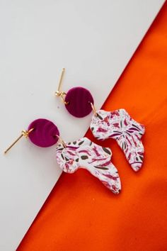 Unique Polymer Clay earrings and gold accessories. Handmade earrings that are unique for graduation, wedding, outdoor parties that are made in Canada. Unique face earrings, African shaped unique earrings, solid colors, pink and purple prints, black and white prints. Earrings that are accentuated with gold color finding Gold Earrings Designs, Unique Earrings, Earrings Handmade, Diy African Jewelry, African Earrings, Diy Earrings Polymer Clay, Coral Jewelry, Diy Jewelry, Black And White Marble