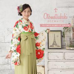 http://mhc-s.jp【往復送料込】3泊4日レンタルOK!淡いカラーリングでまとめた上品なコーディネートです。 鮮やかな椿が映えるやわらかな若草色のハカマ。 半衿と伊達衿もペールトーンでまとめてお嬢様気分を演出! #袴 #卒業 #モダン #髪型