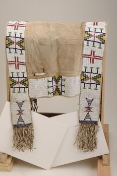 Impressive beaded Sioux saddle blanket with long fringe and drops on old sack cloth or trade cloth s - Little John's Auction Service Sioux Nation, Indian Horses, Saddle Blanket, Navajo Rugs, Horse Gear, Native Beadwork, Native American Tribes, Loom Weaving, Native Art