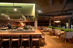 Деревянная барная стойка в интерьере ресторана японской кухни