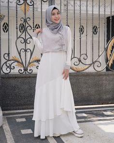 Kiara Dress Material : wolfis Price : Size : fit to L Order via WA 0895601620990 Simple Outfits, Simple Dresses, Pretty Dresses, Beautiful Dresses, Stylish Dress Book, Stylish Dresses, Street Hijab Fashion, Denim Fashion, Islamic Fashion