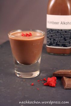 Schokoladen-Himbeer-Likör Cocktail Drinks, Alcoholic Drinks, Cocktails, Dont Drink And Drive, How To Make Chocolate, No Bake Desserts, Candle Jars, Liquor, Nom Nom