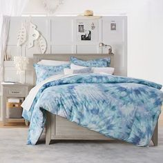 Decorate your bedroom with a twist of tie-dye! Vibrant color and pattern decorate our duvet and sham with relaxing and whimsical design. Tie Dye Bedroom, Tie Dye Bedding, Blue Bedding, Blue Bedroom, Home Decor Bedroom, Girls Bedroom, Beach Bedding, Neutral Bedding, Bedroom Bed