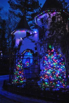 70 Awesome Farmhouse Style Exterior Christmas Lights Decorations - Page 52 of 71 - Afifah Interior Christmas Scenes, Christmas Mood, Noel Christmas, Outdoor Christmas, Exterior Christmas Lights, Decorating With Christmas Lights, Blue Christmas Lights, Christmas Decorations, Christmas Light Installation