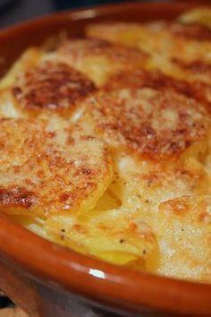 Pour réaliser ce gratin, il vous faut : - 1,5 kg de pommes de terre - 1/2 pot de boursin Roquefort - 40 cl de de crème liquide - 100 g d'emmental râpé - Sel, poivre - 1 gousse d'ail - Quelques noisette de beurre Préchauffer le four à 180°C.