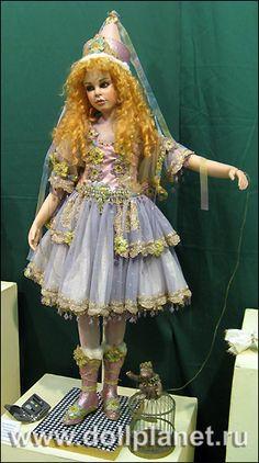 Фото фарфоровой куклы Сильвии Везер на выставке кукол Галереи Вахтановъ