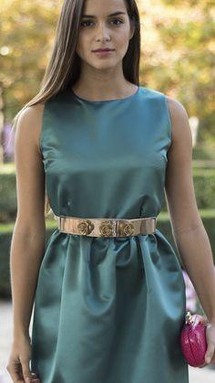 cinturón metal dorado justable con flores para invitada disponible para su alquiler on-line en dresseos.com