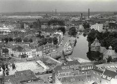 De Nieuwe Prinsenkade rond 1965, gezien vanaf de toren van de Grote Kerk met rechts het Spanjaardsgat waarvan de Granaattoren in de steigers staat
