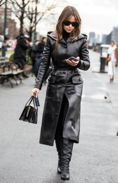 Street looks à la Fashion Week de New York – Expolore the best and the special ideas about Mira duma New York Fashion, La Fashion Week, Girl Fashion, Winter Fashion, Long Leather Coat, Leather Trench Coat, Leather Jacket, Black Leather, Mira Duma