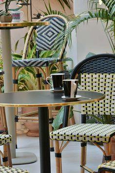 Le cuivre & le laiton l'une des tendances décoration 2018! ! 😃 🌟 🔆 #cuivre #laiton #news #mobilier #beautiful #design #style #restaurant #hotel #vauzelle_ligne #follow #vintage #industrial #comfort #chic #modern #indoor #salon #cocooning #outdoor #cushion #bench #armchair #table #metal #wood #sweetness #article #photooftheday Outdoor Cafe, Outdoor Chairs, Dining Chairs, Outdoor Furniture, Outdoor Decor, Decoration Chic, Terrace Design, Cafe Bar, Wishbone Chair