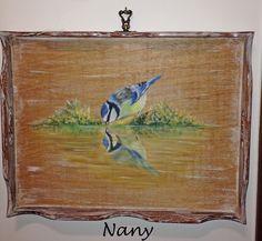 Bandeja de madeira em pátina rústica com pintura de pássaro realizada à mão livre.