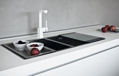 Varenna_Steel sink with steel drip and chopping board in tempered glass.