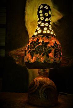 """""""Roses"""" Luminária de Cabaça e base em cerâmica Técnica: Entalhe, Baixo Relevo e Pirogravação Dimensão: 27 x 70 aprox. Autor: #Gumakimbanda 12.05.2017 Disponível para adopção  #gourds #art #luminárias"""
