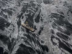 Fuoriuscita di petrolio n. 2. Discover Enterprise, Golfo del Messico, USA 2012 © Edward Burtynsky / courtesy Admira, Milano