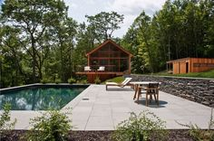 Set amid forests, meadows, and mountains, Hudson Woods is a collection of 26 homes on 131 forested acres in the Catskills region of upstate New York. This house in Hudson Woods was designed in 2016 by Lang Architecture. Cabins In The Woods, House In The Woods, Eco Casas, Hudson Woods, Hudson River, Nachhaltiges Design, Design Cars, Design Ideas, Architecture Wallpaper