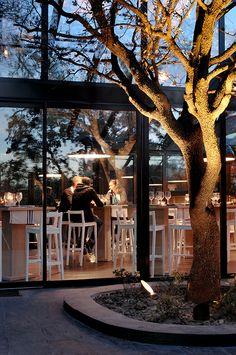 Cabaña Marconi es un luminoso restaurante situado en la exclusiva urbanización El Encinar de los Reyes, en el el municipio madrileño de Alco...