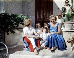 Schauspielerin Ingrid Bergman, sitzt rechts, mit Kindern von rechts, Roberto, 7;  5-jährige Zwillinge Ingrid und Isabella;  und Pia Lindstrom, 17, 1957.