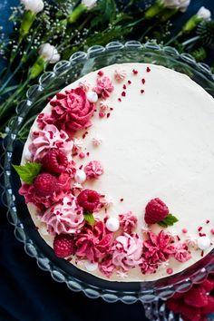 Recipe for raspberry cake with sponge cake bases Madame dessert – Hanukkah Beautiful Cakes, Amazing Cakes, Bolo Grande, Raspberry Cake, Strawberry Cakes, Dessert Decoration, Occasion Cakes, Sponge Cake, Macaron